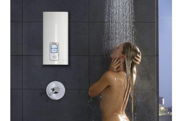 Ein Durchlauferhitzer von Stiebel Eltron in einem Badezimmer.