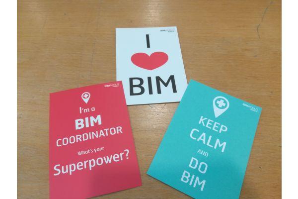 Drei Postkarten mit verschiedenen Slogans zum Thema BIM.
