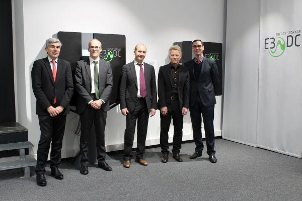 Gruppenfoto von Mitarbeitern der E3/DC GmbH und der Hager Group.