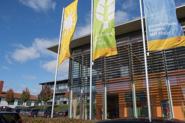 Flaggen vor dem Firmensitz von HDG Bavaria.
