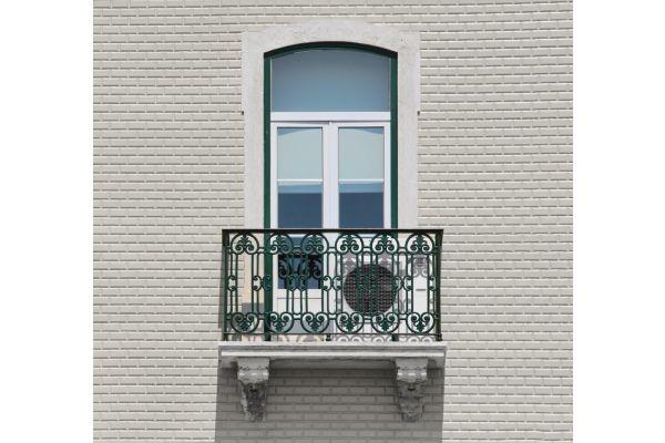 Ein Mini-VRF-Gerät auf einem Balkon.