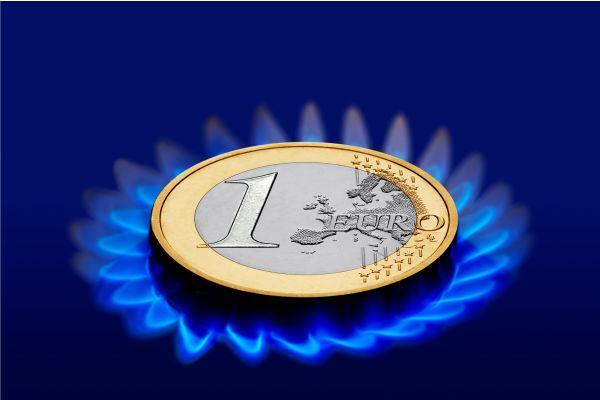 Eine Euromünze liegt auf einer Gasflamme.
