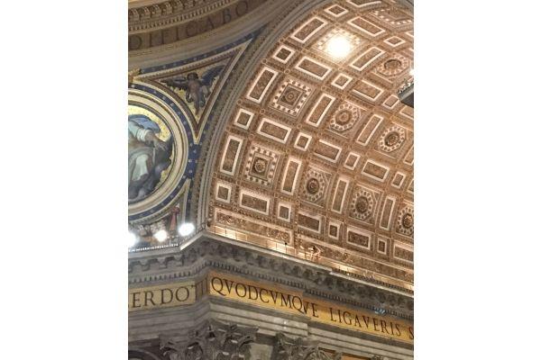 Kuppel des Petersdoms mit alter Beleuchtung.
