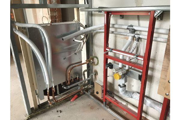 Vorwandinstallationen an den Frischwasser-Kompaktstationen mit isolierten
