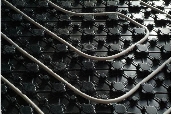 Eine Kunststoff-Noppenfolie für die ummantelten Kupferrohre der Marke