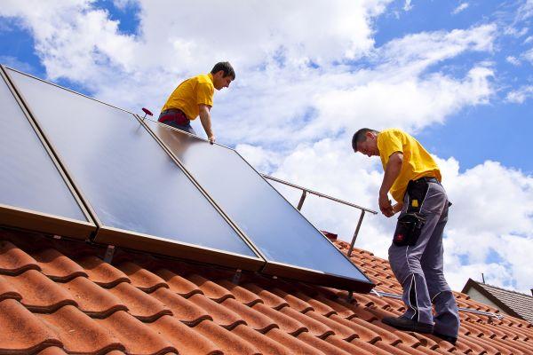 Der CitrinSolar Montage-Service bei der Arbeit auf einem Dach.