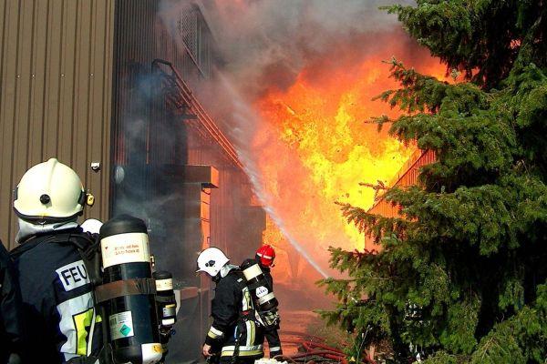 Feuerwehrmänner beim Feuerlöschen