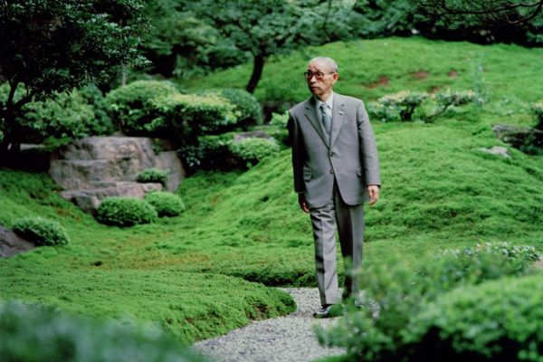 Konosuke Matsushita in einem Park.