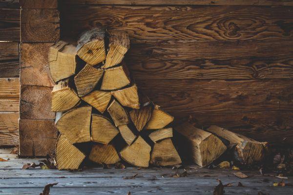 Ein Stapel Holzscheite an einer Wand.