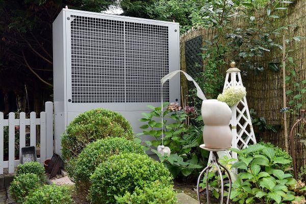 Eine Wärmepumpe in einem Garten.