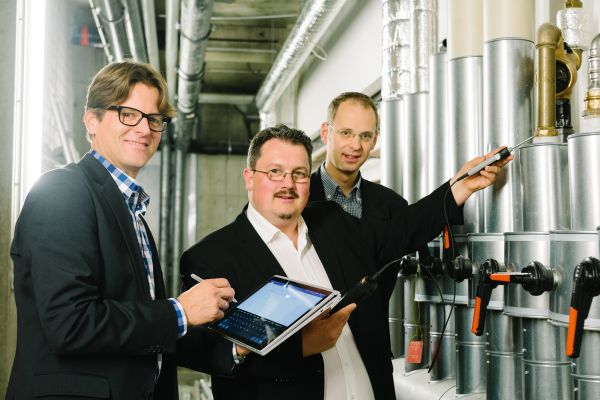 Mit der Bewertungsmethode von Boris Sarkoski (Mitte) nimmt der Techniker jeden einzelnen Mangel bei einer Gefährdungsanalyse einer Trinkwasser-Installation auf. Ingenieur Ulrich Doll (l.) und Prof. Dr. Carsten Bäcker sind von der Methode überzeugt.