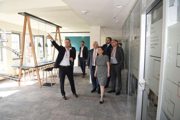 Das Bild zeigt die Führungsriege im neuen Danfoss-Domizil.