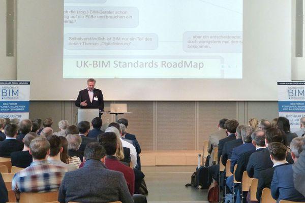 Prof. Rasso Steinmann hält einen Vortrag auf dem 3. Münchner BIM Kongress.