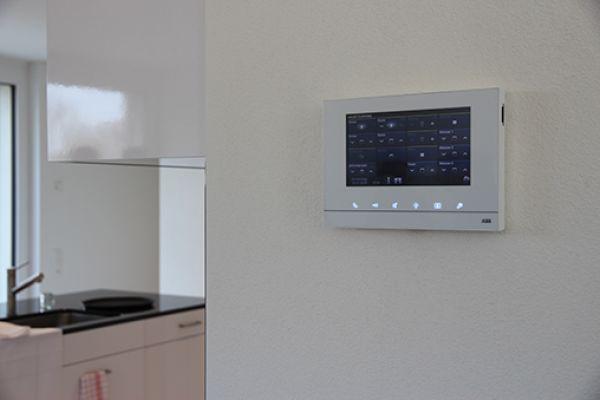 Ein Bildschirm des ABB-Haussteuerungssystems an einer Wand.