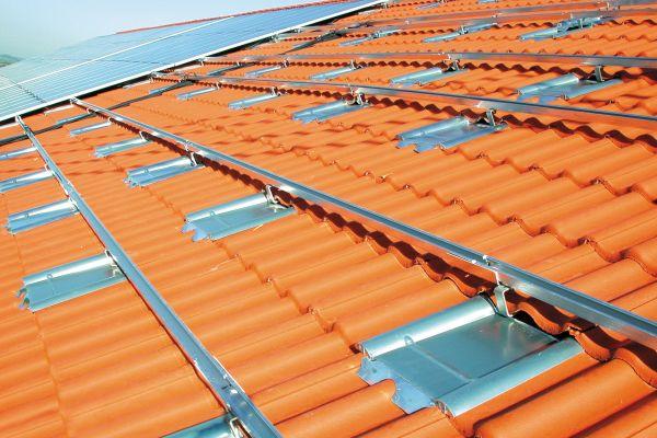 Metalldachplatten auf einem Dach.