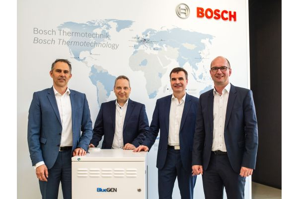 Oliver Koukal, Senior Vice President Business Unit Residential Heating, Marcus Hahn Purchasing Manager bei Bosch Thermotechnik, sowie Alberto Ravagni (CEO Solidpower S.p.A) und Andreas Ballhausen (Geschäftsführer Solidpower GmbH).