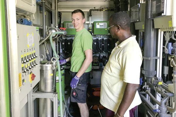 Das Bild zeigt einen Grünbeck-Mitarbeiter im Container.