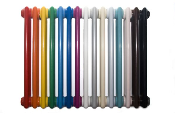Ein Rippenheizkörper, dessen Rippen jeweils eine andere Farbe haben.
