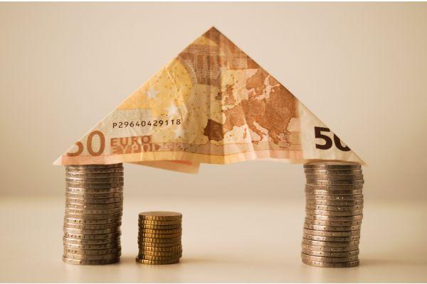 Factoring als eine Säule der Unternehmensfinanzierung ist inzwischen auch für kleine und mittlere Unternehmen (KMU) und Handwerker attraktiv.