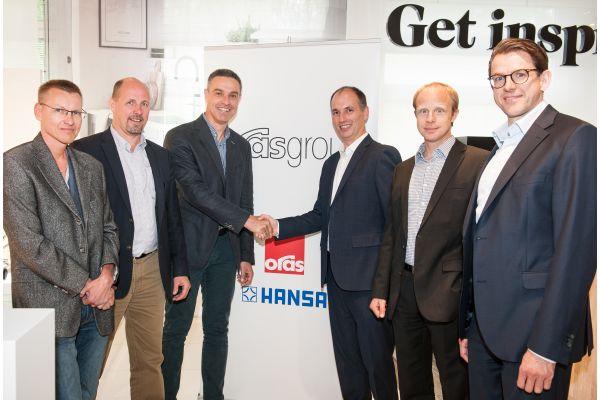 Das Bild zeigt die Verantwortlichen der Oras-Group und der Amphiro AG.