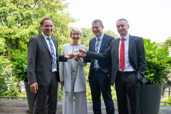 Das Bild zeigt von links nach rechts: Prof. Dr. Gerald Linke (DVGW-Vorstandsvorsitzender), Alexandra Ernst (Kaufmännischer Vorstand des DVGW), Dr. Wolf Merkel (Technischer Geschäftsführer IWW Zentrum Wasser), Lothar Schüller (Kaufmännischer Geschäftsführer IWW Zentrum Wasser).