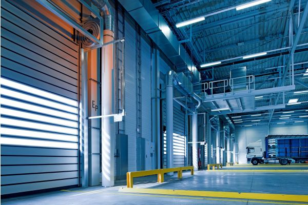 Eine Industriehalle von innen.