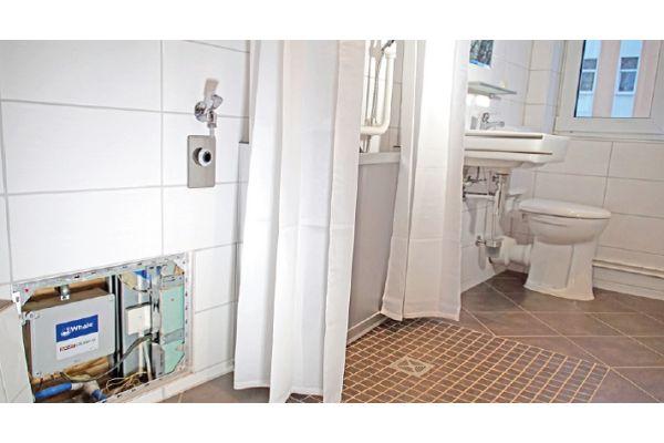 Je nach den örtlichen Gegebenheiten können bodengleiche Duschen mit einer Abwasserpumpe ausgestattet werden.