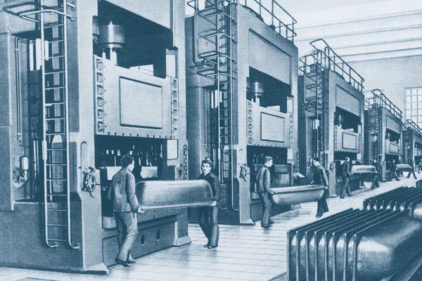 Das Bild zeigt die erste hydraulische Badewannen-Pressenstraße von Kaldewei.