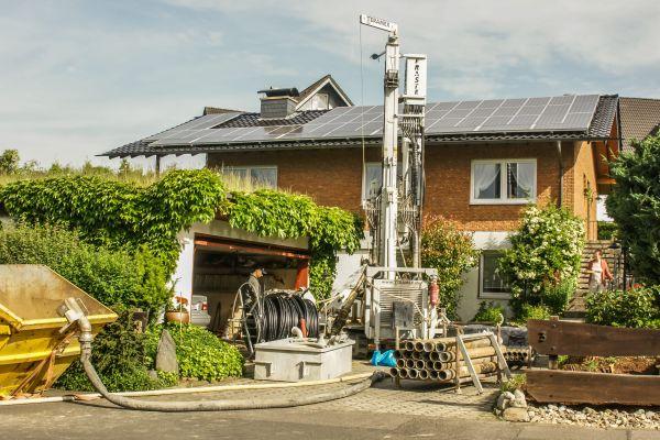 Bohrarbeiten für eine Solewärmepumpe vor einem Einfamilienhaus.
