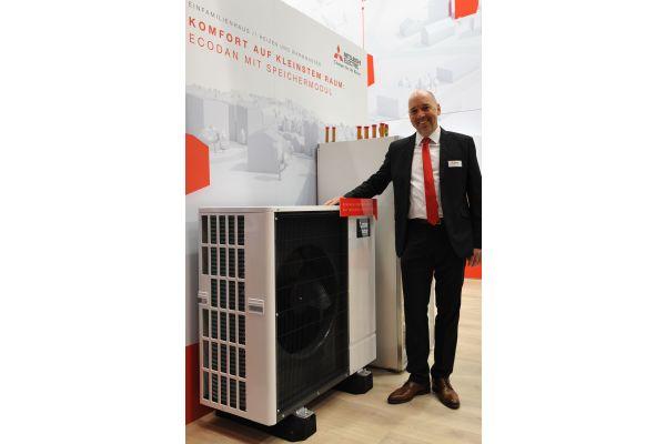 Harald Röber von Mitsubishi Electric Europe und die Monoblockvariante der Luft/Wasser-Wärmepumpe Ecodan.