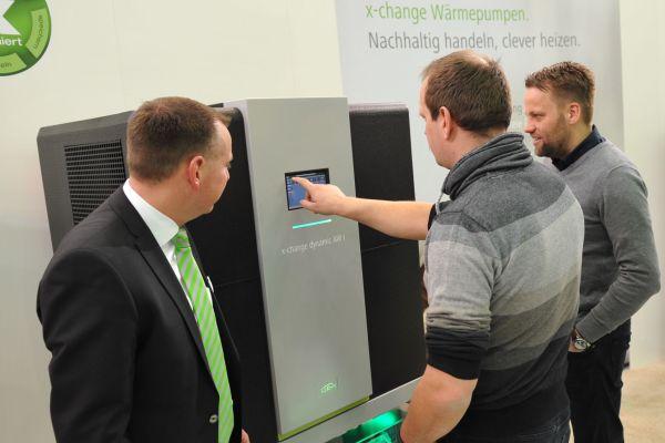 Ein Besucher probiert eine x-change dynamic Wärmepumpe aus.