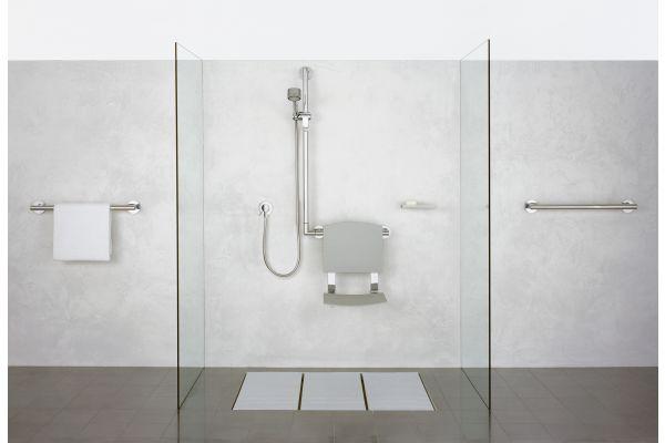 """Das Bild zeigt ein barrierefreies Bad mit """"Plan Care""""-Produkten."""