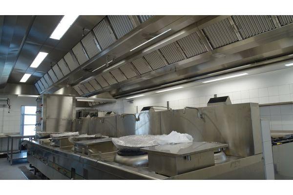 Lüftungsdecke mit Induktionstechnik in einer Großküche.