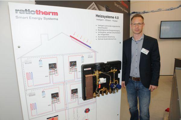 ratiotherm-Vertriebsleiter Sascha Emig erklärt eine Übergabestationen mit integrierter Wärmepumpe.