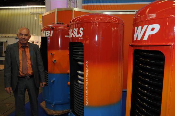 Solarbayer-Geschäftsführer Martin Kraus und ein Wärmespeicher der Firma.