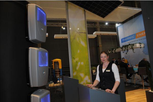 Industriedesignerin  Nicole Moschall mit Speichern der Firma Thermic Energy RZ.