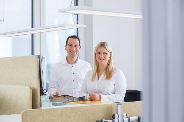 Das Bild zeigt Ronja Räckers und Produktmanager Christian Behr.