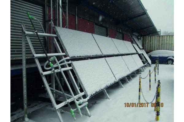 Schneebedeckte PVT-Kollektoren.