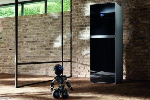 Ein Roboter vor einer Buderus-Heizung.