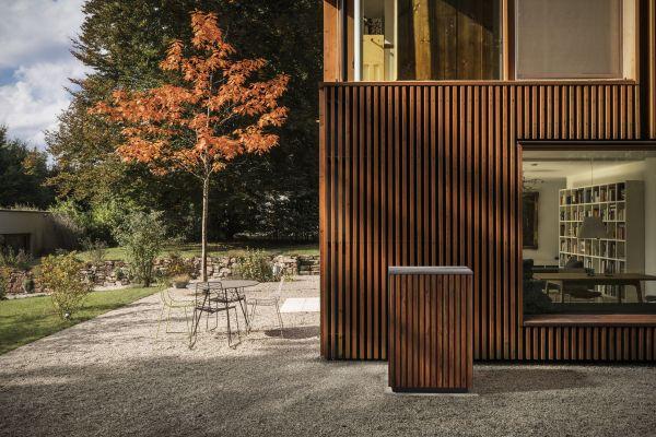 Eine Luft/Wasser-Wärmepumpe vor einem Haus.