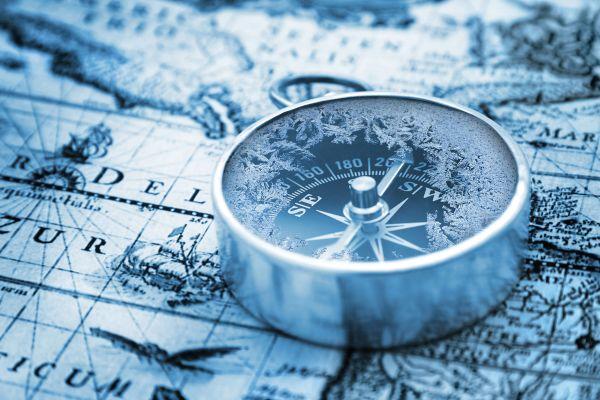 Ein Kompass auf einer Weltkarte.