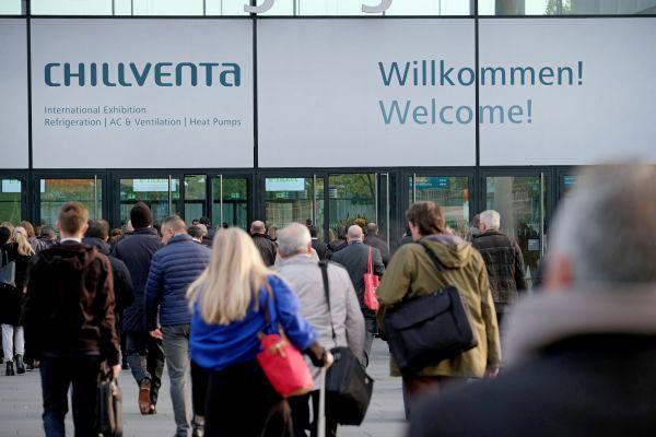 Ein Eingang der Nürnberger Messe mit einem Willkommens-Schild zur Chillventa.