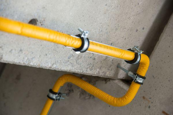 Ein PLT-Rohr an einer Wand.