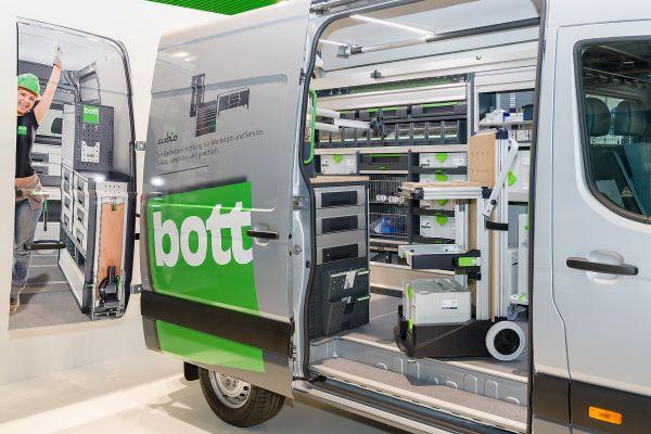 Ein Transporter mit geöffneter Seitentür.