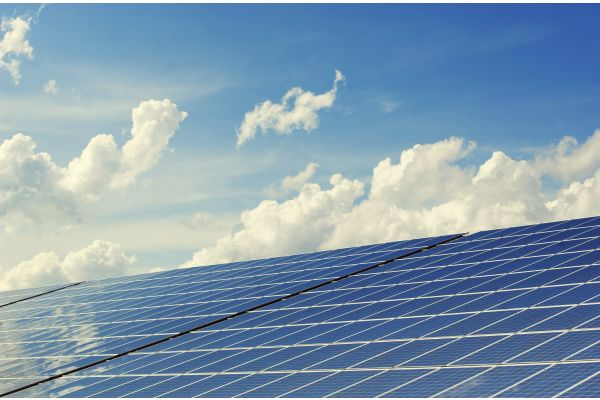 Photovoltaik-Anlage auf einem Hausdach.