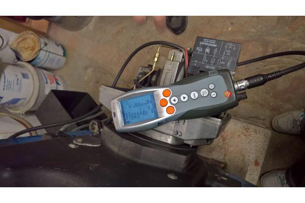 Ein Abgasmessgerät auf einem Ölbrenner.