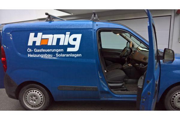 Ein Transporter der Firma Hanig aus Winnenden von der Seite.