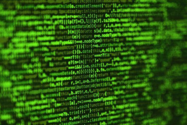 Grüne Codezeilen auf einem Bildschirm.