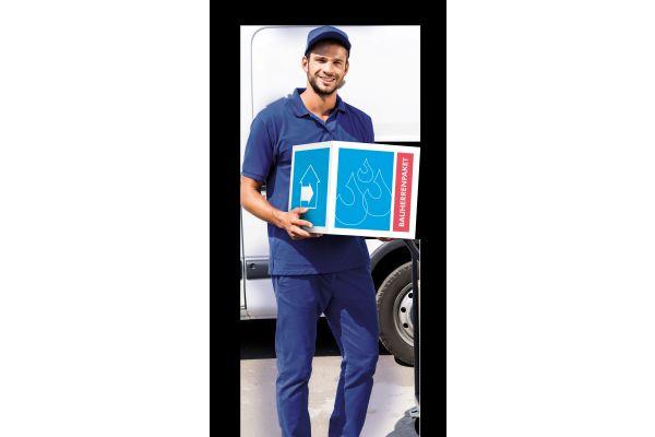 Ein Mann hält ein Paket mit der Aufschrift Bauherrenpaket.