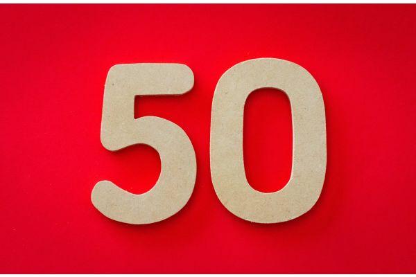 Eine goldene 50 auf rotem Grund.